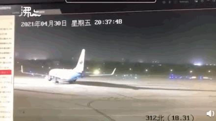 江苏14级大风差点把飞机刮跑了…